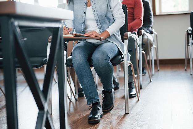 Vista de partículas. grupo de personas en conferencia de negocios en el aula moderna durante el día