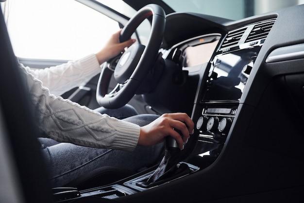 Vista de partículas del hombre en ropa formal que monta un coche nuevo.