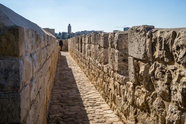 Vista del paseo de la muralla que rodea la ciudad vieja con la torre ymca en el fondo, jerusalén, israel
