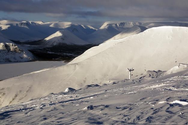 Vista de pequeñas montañas y pista de esquí desde una altura.