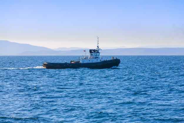 Vista de un pequeño remolcador en el mar