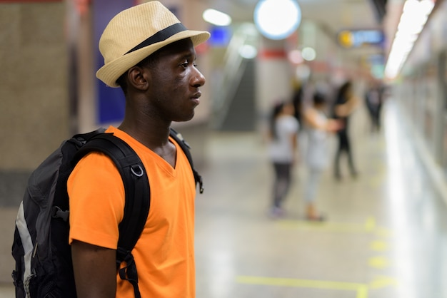 Vista de perfil del joven turista esperando el tren en el metro de bangkok tailandia