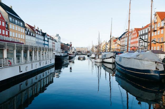 Vista en perspectiva del canal de la ciudad