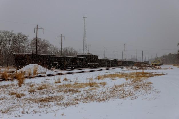 Vista en perspectiva del ferrocarril en smog de invierno
