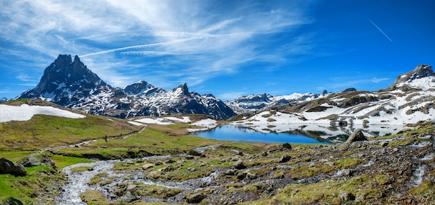 Vista del pic du midi ossau en primavera, pirineos franceses