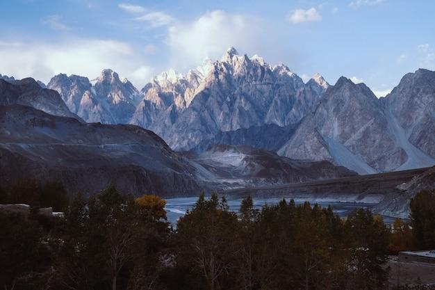 Una vista de los picos de montaña de los conos de passu por la tarde. gilgit-baltistán, pakistán.