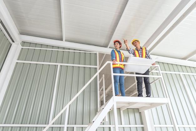 Vista de un plan de control de ingeniero y trabajador en el sitio de construcción