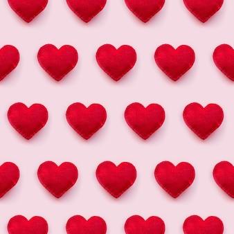 Vista plana de corazones de san valentín en fondo rosa