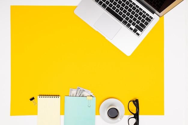Vista plana del escritorio de oficina con una disposición creativa de elementos.