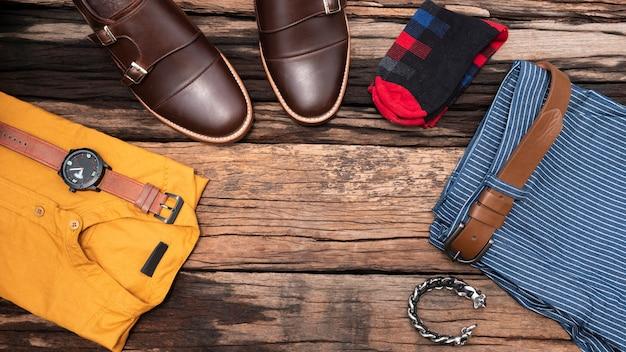 Vista plana, vista superior, accesorios para hombres y artículos de viaje esenciales.