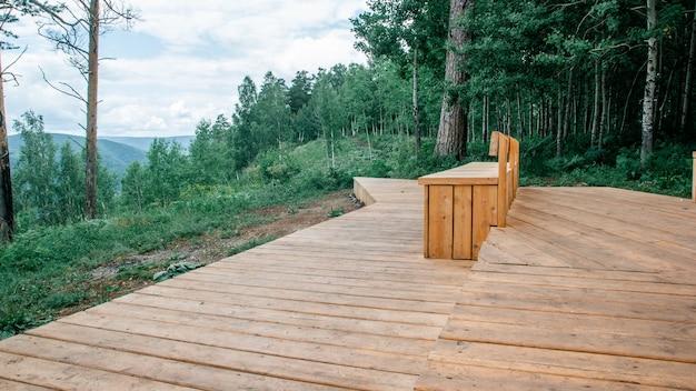 Vista de la plataforma de observación con un hermoso banco con el telón de fondo del bosque