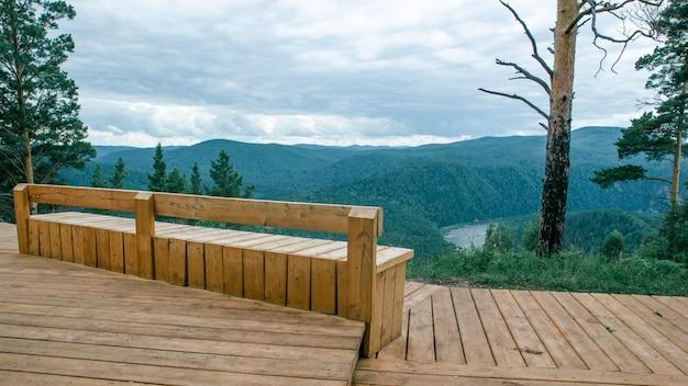 Vista de la plataforma de observación con un hermoso banco con el telón de fondo de un hermoso paisaje.