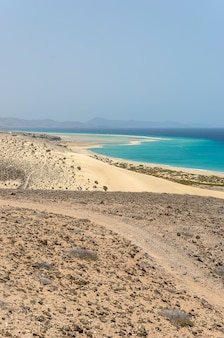 Vista de la playa de esmeralda en fuerteventura, islas canarias, españa.