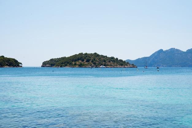 Vista de la playa del mar mediterráneo, palma de mallorca, formentor