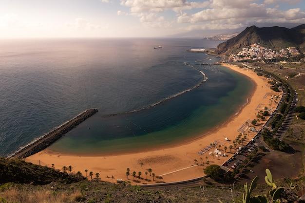 Vista desde la playa de san andrés y las teresitas en santa cruz de tenerife, islas canarias, españa.