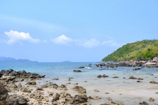 La vista de la playa de tailandia con cielo azul