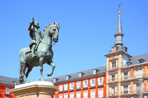 Vista de la plaza mayor de madrid con la estatua del rey felipe iii (creado en 1616), españa