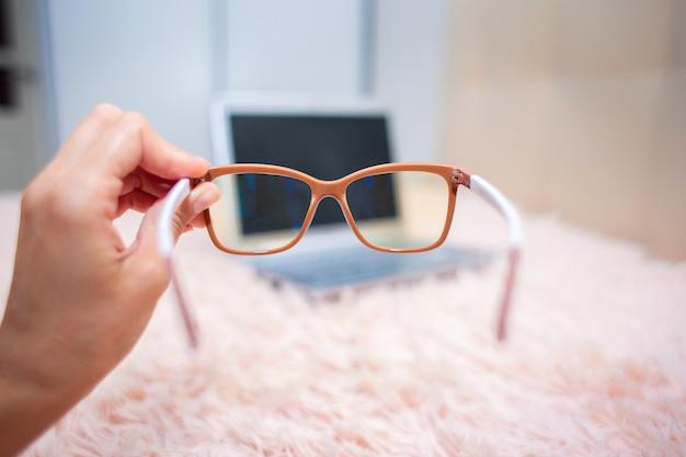 Vista de un portátil a través de unas gafas especiales para trabajar en un ordenador.