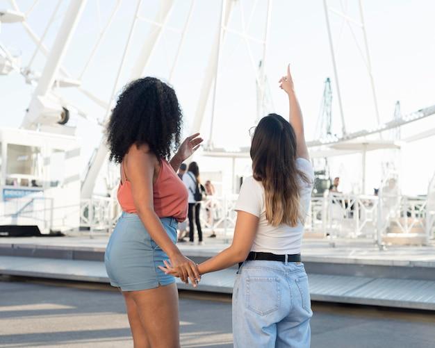 Vista posterior adolescentes divirtiéndose juntos