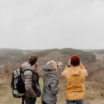Vista posterior amigos disfrutando de una hermosa vista
