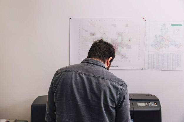Vista posterior arquitecto usando la impresora
