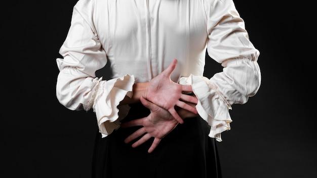 Vista posterior bailarina de flamenca con las manos cruzadas