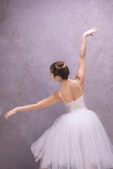 Vista posterior de la bailarina posando.
