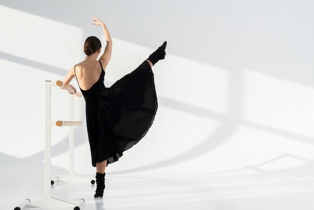 Vista posterior bailarina realizando elegante baile