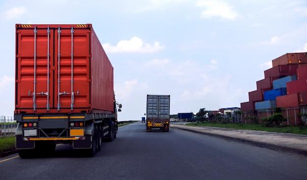 Vista posterior del camión contenedor rojo