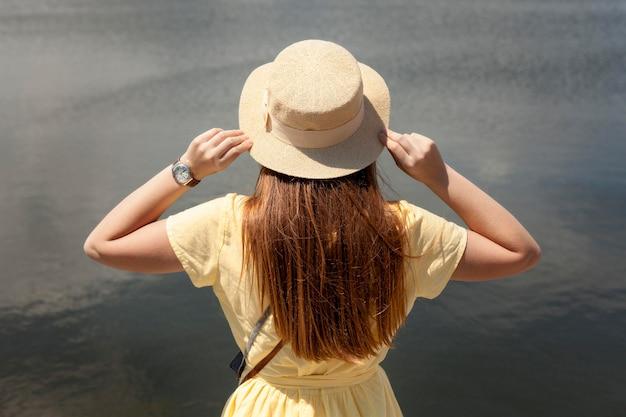Vista posterior chica cerca del lago