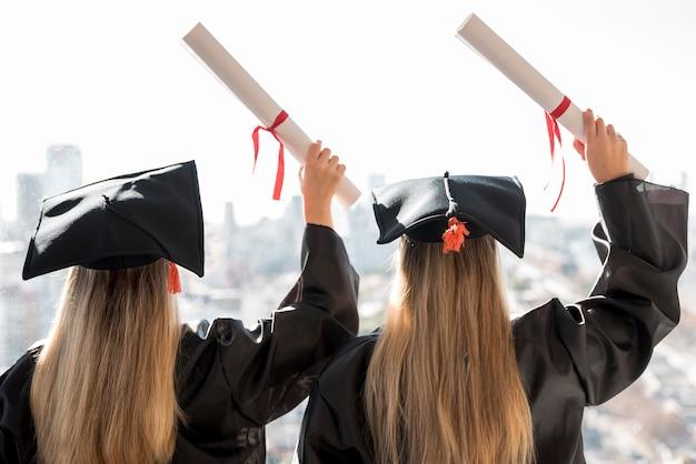 Vista posterior colegas en la graduación