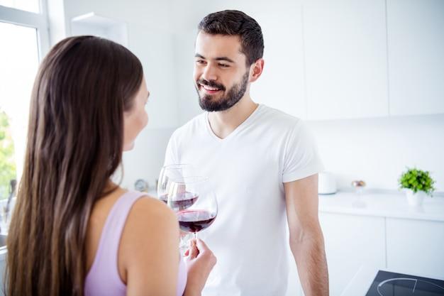 Vista posterior de la columna vertebral posterior unión cónyuges hombre mujer mantenga tintineo de vino de vidrio