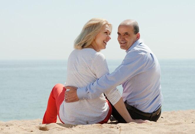 Vista posterior de amar la pareja madura