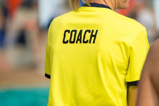 Vista posterior de los entrenadores deportivos.