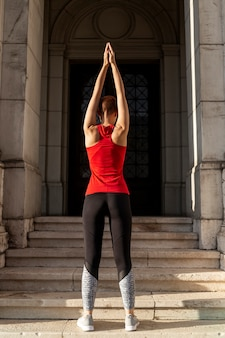 Vista posterior de estiramiento de mujer en forma