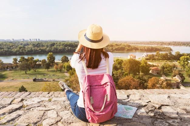 Vista posterior de un excursionista mujer mirando vista panorámica