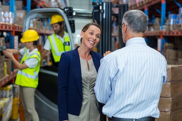 Vista posterior de los gerentes hablando y sonriendo