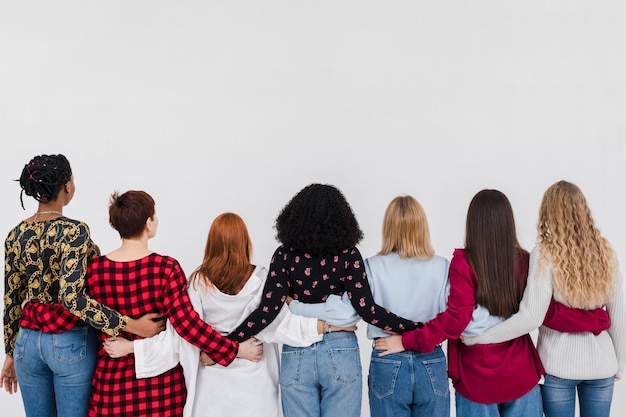 Vista posterior grupo de mejores amigos abrazados