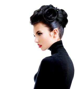 Vista posterior de la hermosa joven con maquillaje de moda profesional - aislado en blanco.