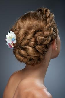 Vista posterior del hermoso corte de pelo con flores.