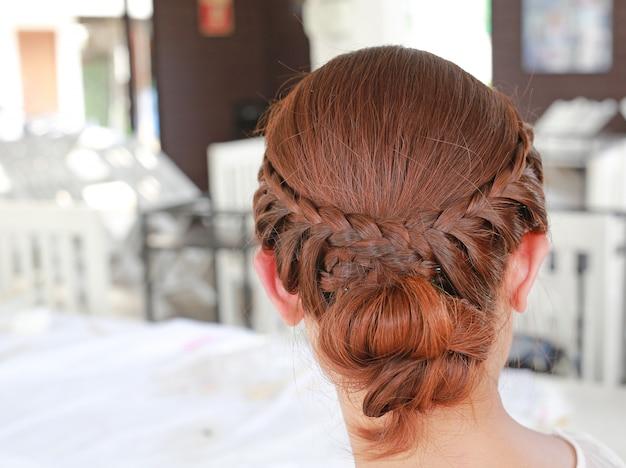 Vista posterior del hermoso corte de pelo nupcial.