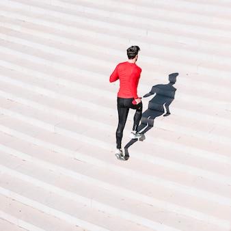 Vista posterior hombre corriendo arriba