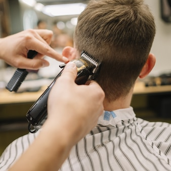 Vista posterior del hombre cortarse el pelo