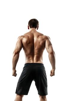 Vista posterior del hombre irreconocible, músculos fuertes posando con los brazos hacia abajo. aislar