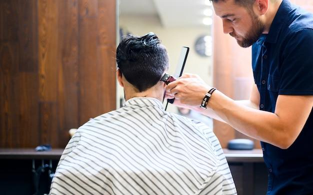 Vista posterior del hombre obteniendo un nuevo peinado