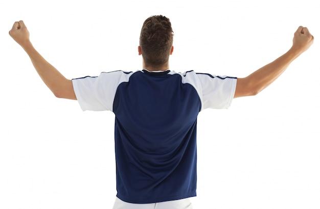 Vista posterior del jugador de fútbol atlético animando