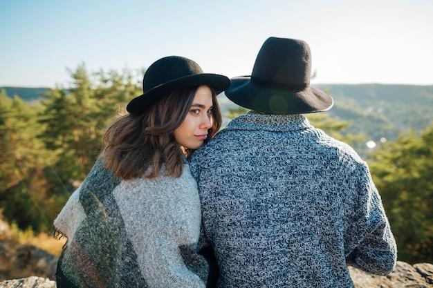 Vista posterior linda pareja joven al aire libre