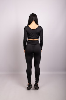 Vista posterior de mujer deportiva vistiendo leggings sexy