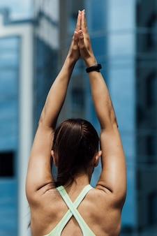 Vista posterior de la mujer haciendo ejercicio