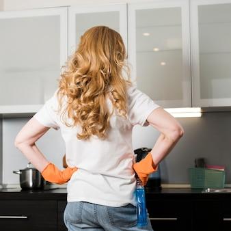 Vista posterior de la mujer preparándose para limpiar